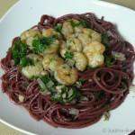 Rotweinspaghetti mit Garnelen in Knoblauch-Öl
