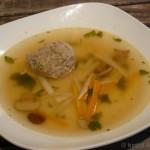Klare Gemüsesuppe mit Kalbs-Pistazien-Klößchen