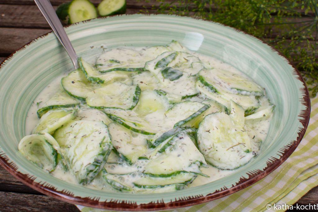 Klassischer Gurkensalat mit Joghurt und Dill