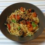 Thunfischpasta mit schwarzen Oliven und Oregano