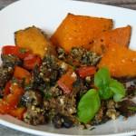 Gebackene Süßkartoffelspalten und eine Hackfleisch-Gemüse Pfanne