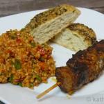Lamm-Kebab Spieße mit Bulgursalat und kleinen Fladenbroten