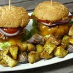 BBQ-Burger mit Kartoffelspalten