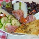 Salat mit Parmaschinken und Knoblauch-Pizzabrot