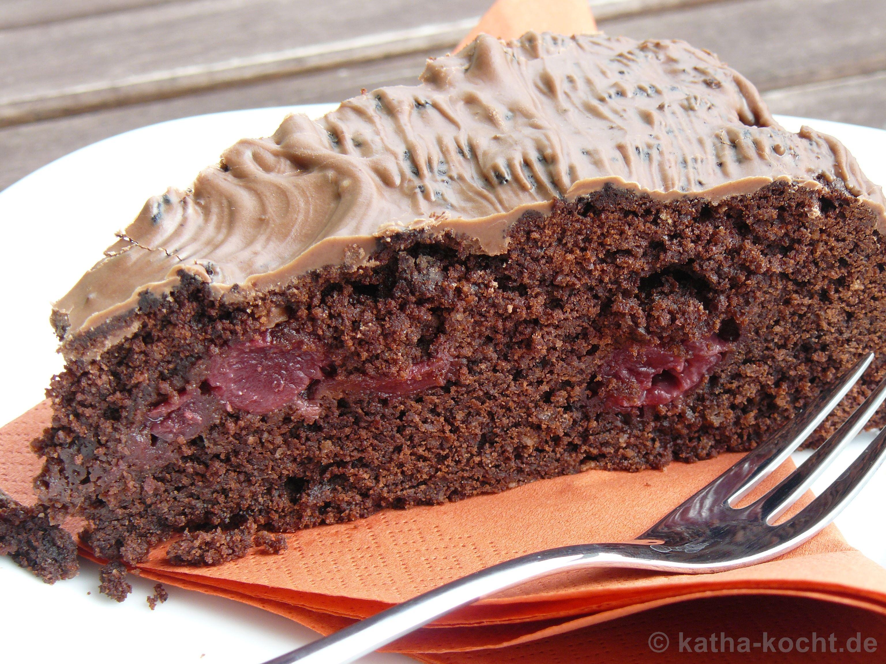 Kuchen mit kakao und kirschen