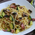 Pasta mit kleinen Polpos, Champignons und Zucchini