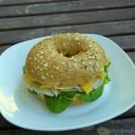 Pute-Mango Bagel mit Honig und Senf