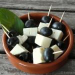 Tapas – Oliven-Ziegenkäse-Spießchen