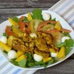 Bunter Curry-Hähnchen Salat mit Mango und Mozzarella