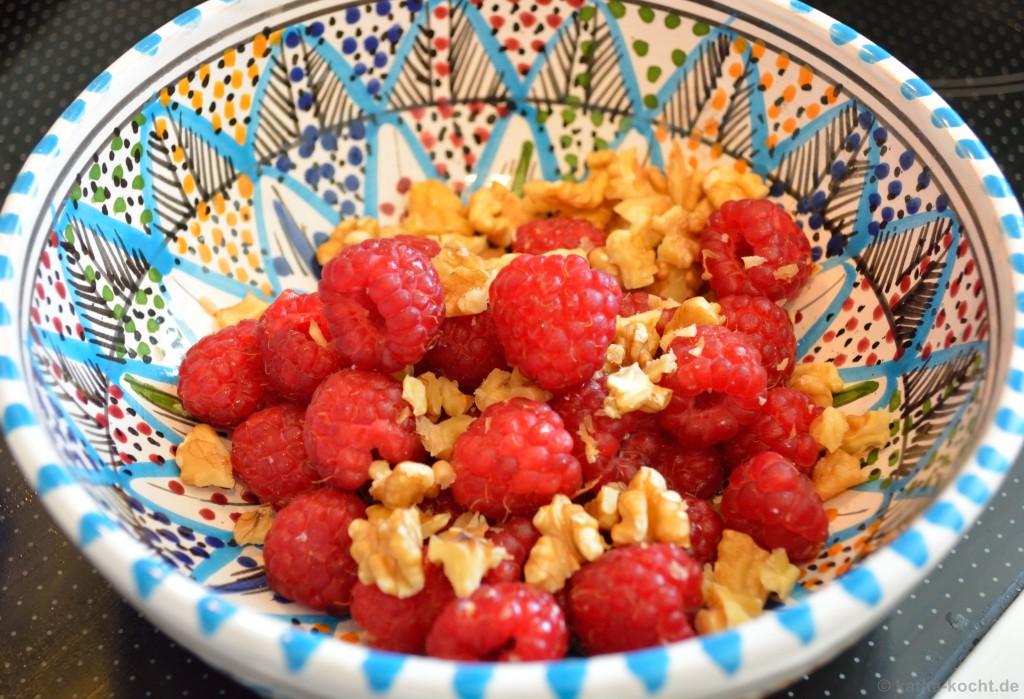 Frühstücks_Joghurt_Mit_Himbeeren_Und_Walnüssen_1
