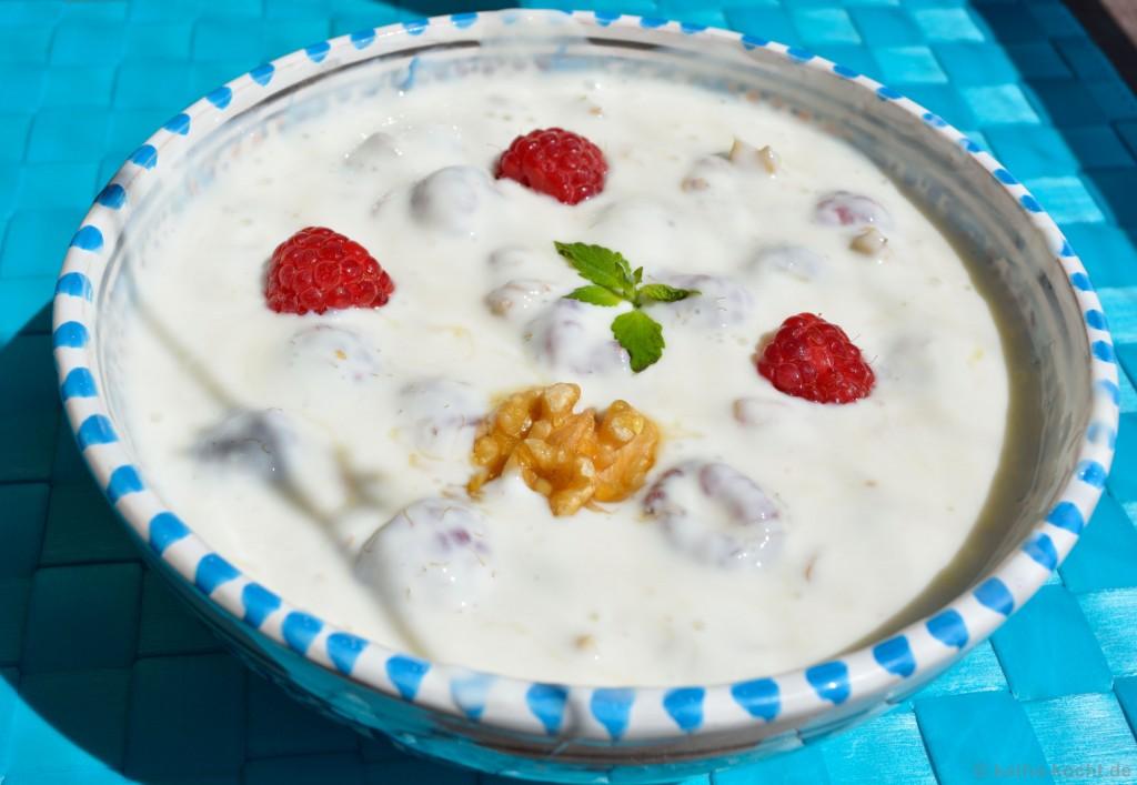 Frühstücks_Joghurt_Mit_Himbeeren_Und_Walnüssen_3