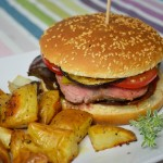 Griechischer Hamburger mit Kartoffelspalten