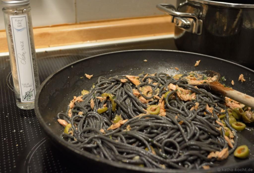 Schwarze_Spaghetti_con_olio_Mit_Thunfisch_und_Oliven_2