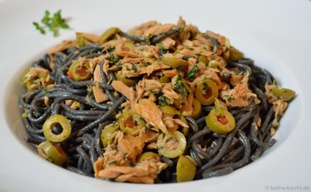 Schwarze_Spaghetti_con_olio_Mit_Thunfisch_und_Oliven_3