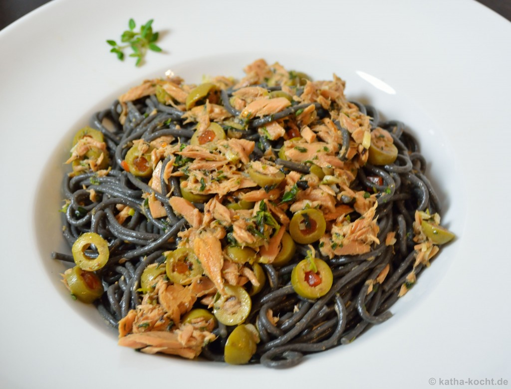 Schwarze_Spaghetti_con_olio_Mit_Thunfisch_und_Oliven_5