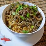 Asiatischer Nudeltopf mit Hackfleisch und Sprossen