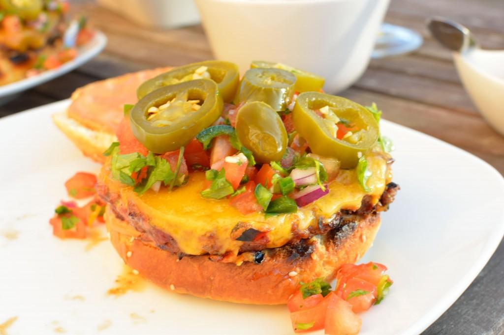 Chili-Burger_mit_Koriander_Salsa_und_Jalapenos_11