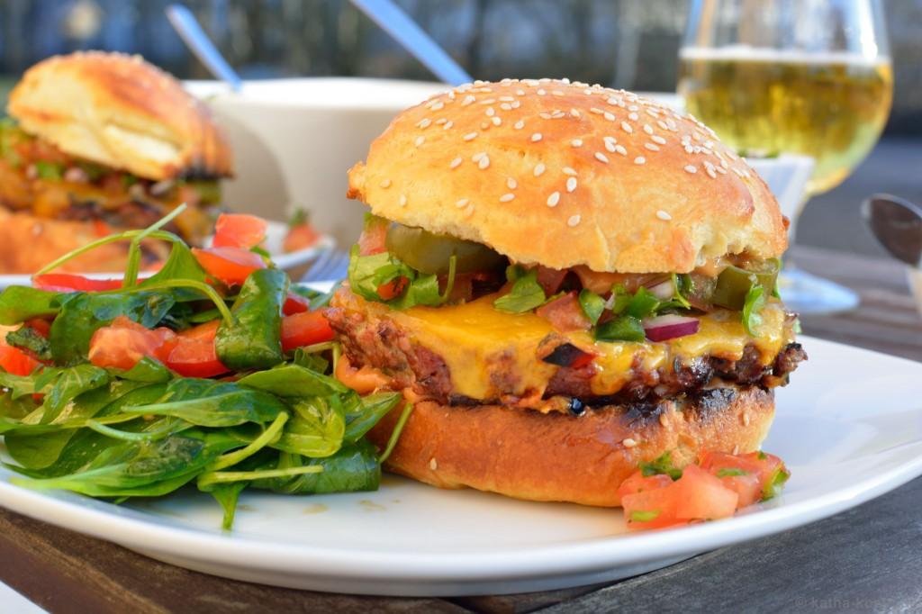 Chili-Burger_mit_Koriander_Salsa_und_Jalapenos_13