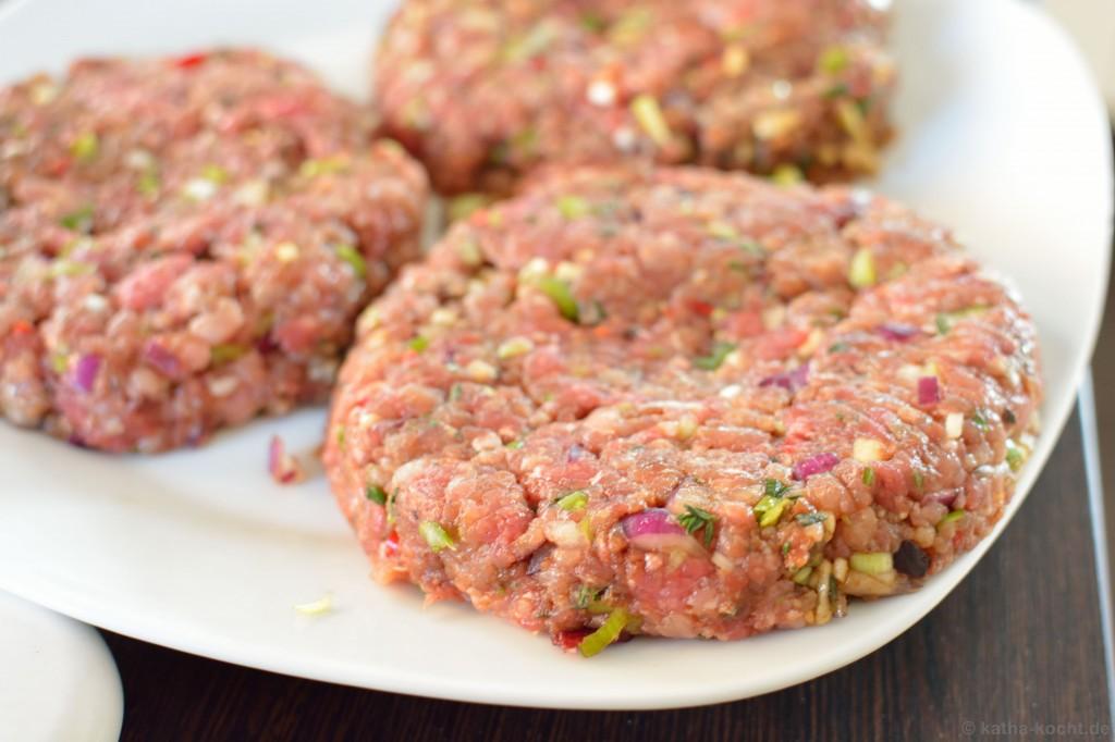 Chili-Burger_mit_Koriander_Salsa_und_Jalapenos_2
