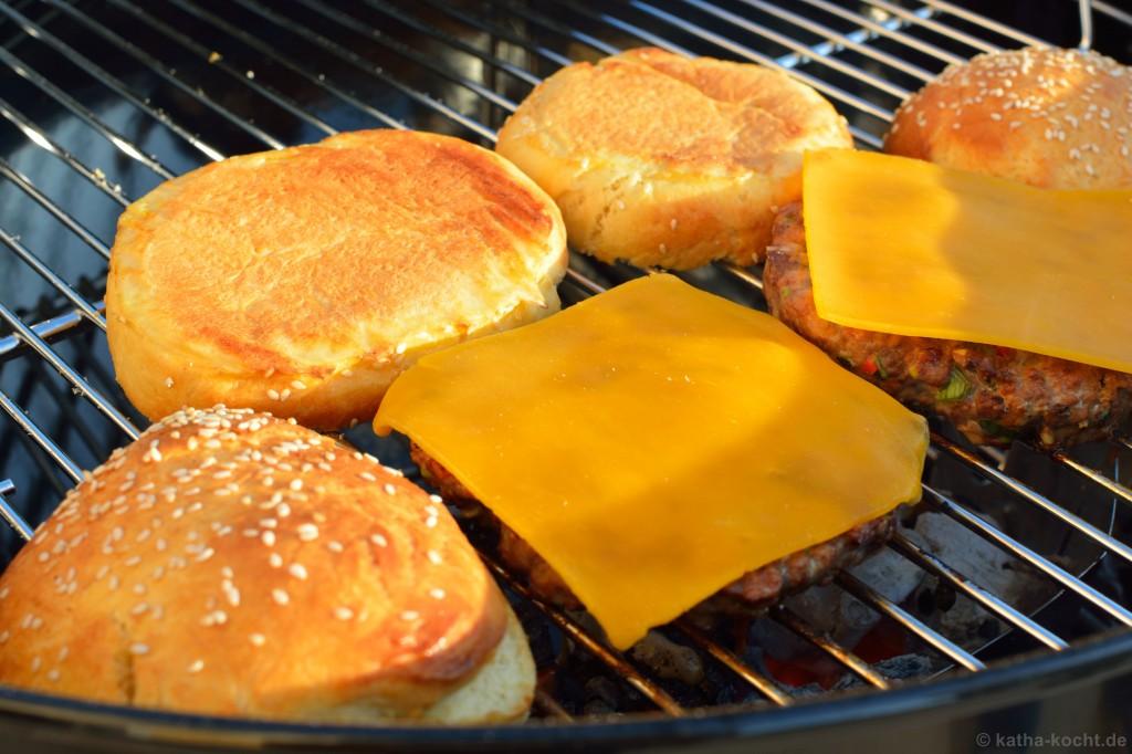 Chili-Burger_mit_Koriander_Salsa_und_Jalapenos_8