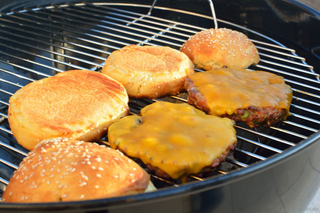 Chili-Burger_mit_Koriander_Salsa_und_Jalapenos_9