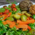 Warmer Salat mit herzhaften Muffins
