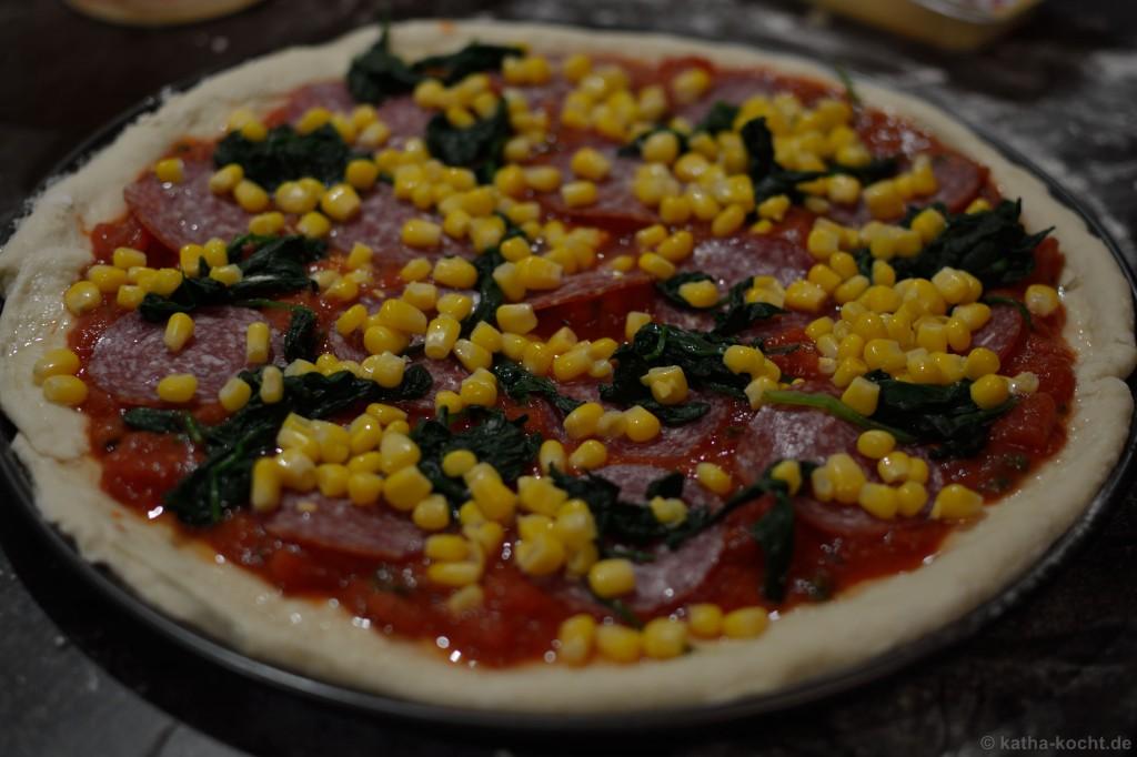 Salami_Pizza_mit_Mais_und_Spinat_1