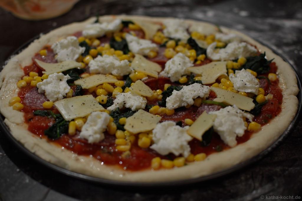 Salami_Pizza_mit_Mais_und_Spinat_2