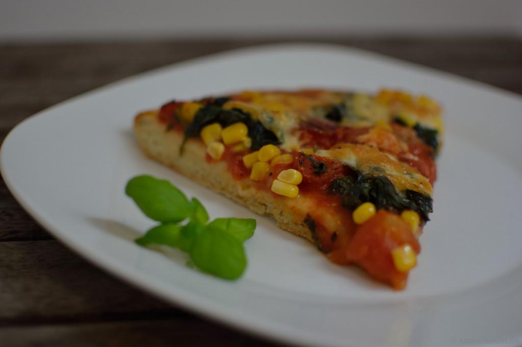 Salami_Pizza_mit_Mais_und_Spinat_4