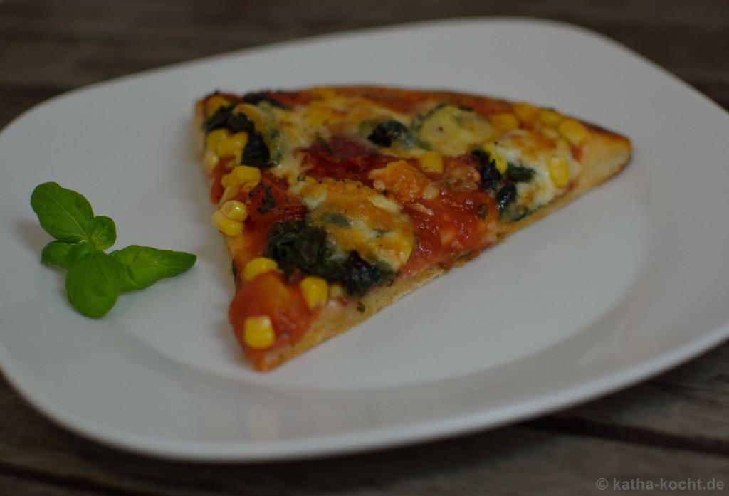 Salami_Pizza_mit_Mais_und_Spinat_5