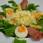Warmer Spargelsalat mit Schinken und Ei