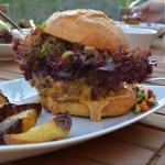 Cheeseburger mit Paprika-Gurken Salsa