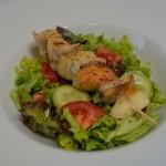 Wels-Apfel Spieße und bunter Salat