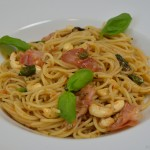 Spaghettini in Brathähnchensauce mit Schinken und Cashewkernen