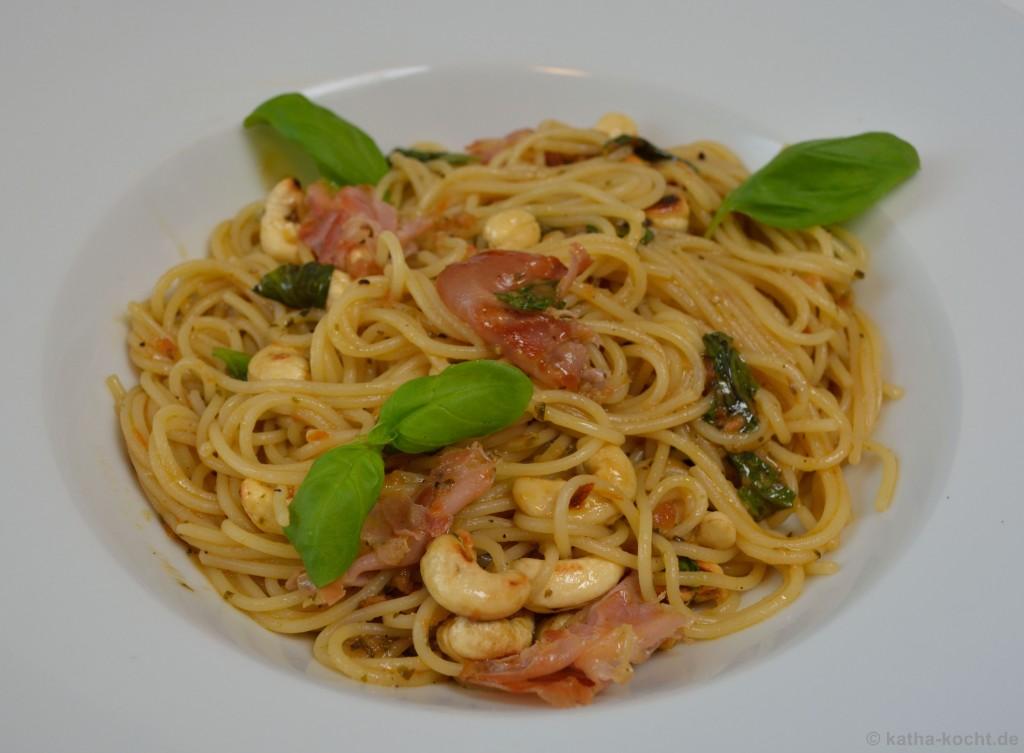 Spaghettini_mit_Brathähnchensauce_Schinken_und_Cashewkernen_4