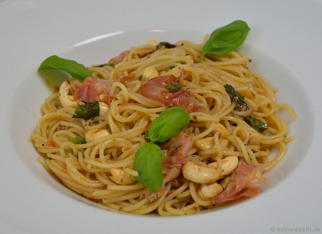 Spaghettini_mit_Brathähnchensauce_Schinken_und_Cashewkernen_6