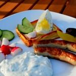 Blätterteigteilchen mit Tsatziki und Ei