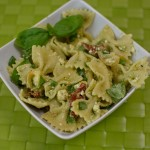 Nudelsalat mit Rucolapesto und gelben Tomaten