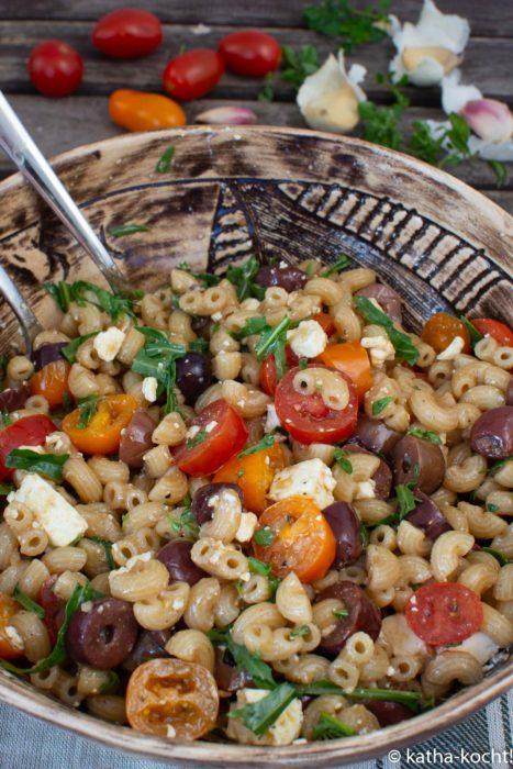 Mini-Muschelnudelsalat mit Oliven und Schafskäse