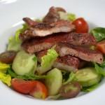 Tandoori-Schwein im Salatbett