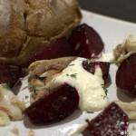 Kleiner Salat mit gebackener roter Bete und geräucherter Makrele