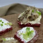 Schnittchen mit Rote-Bete Brot und Räucherfisch