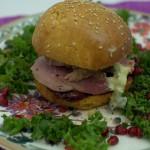 Festlicher Burger mit Ente und Rotwein-Chili Kirschen