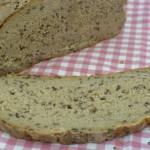 Roggen-Leinsamen Brot mit körnigem Frischkäse