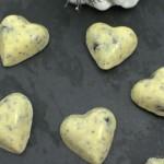 Weiße Schokoladen Pralinen mit Mohn und Beeren