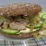 Vollkorn Hähnchen-Sandwich mit Rosenkohl und Senfsauce