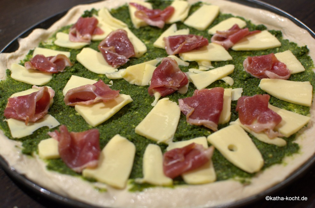 Pizza_mit_Grünkohlpesto_und_Gänseschinken_ (1)