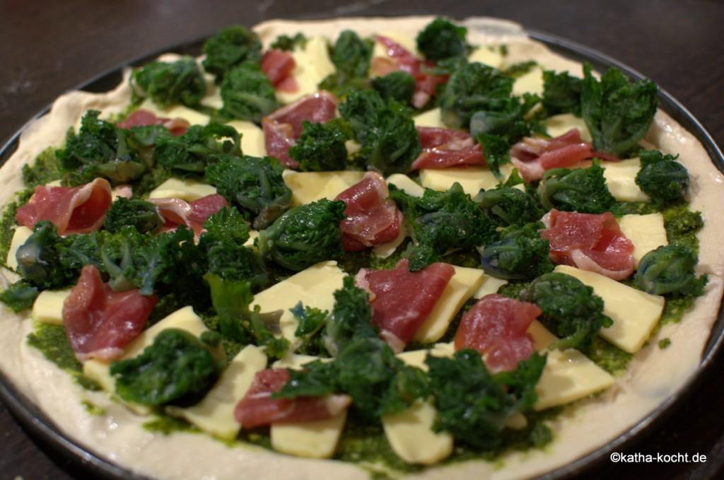 Pizza_mit_Grünkohlpesto_und_Gänseschinken_ (2)