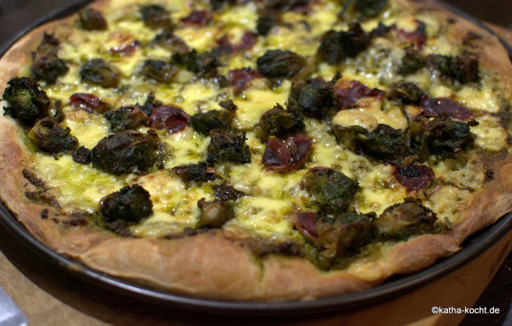 Pizza_mit_Grünkohlpesto_und_Gänseschinken_ (3)