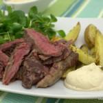 Steak mit Kartoffelspalten und Kaffee-Dip